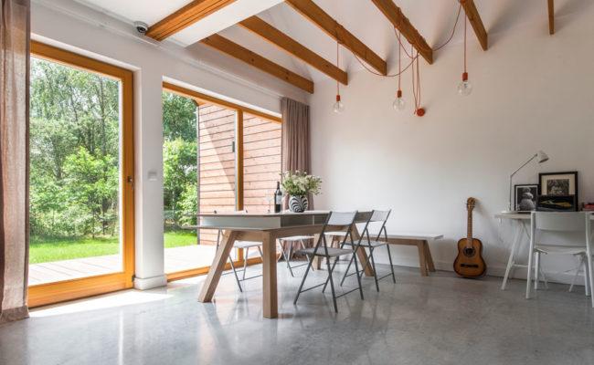 betonowa-posadzka-salon