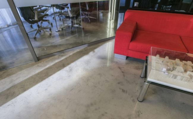 czerwona-sofa-betonowa-wylewka-ozdobna-d